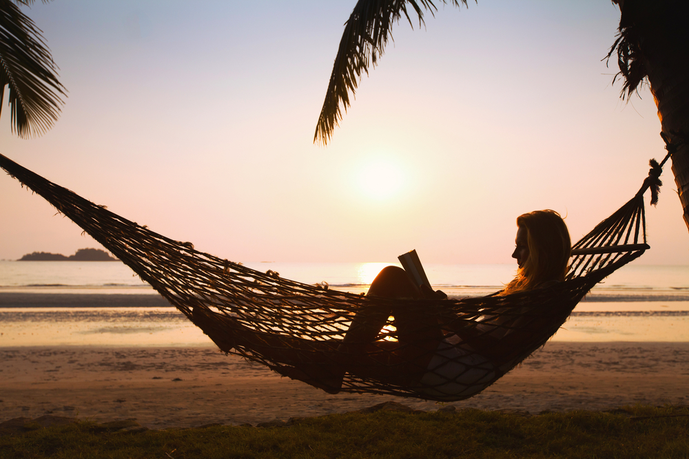 cw06_2_Silhouette of woman relaxing in hammock on the beach